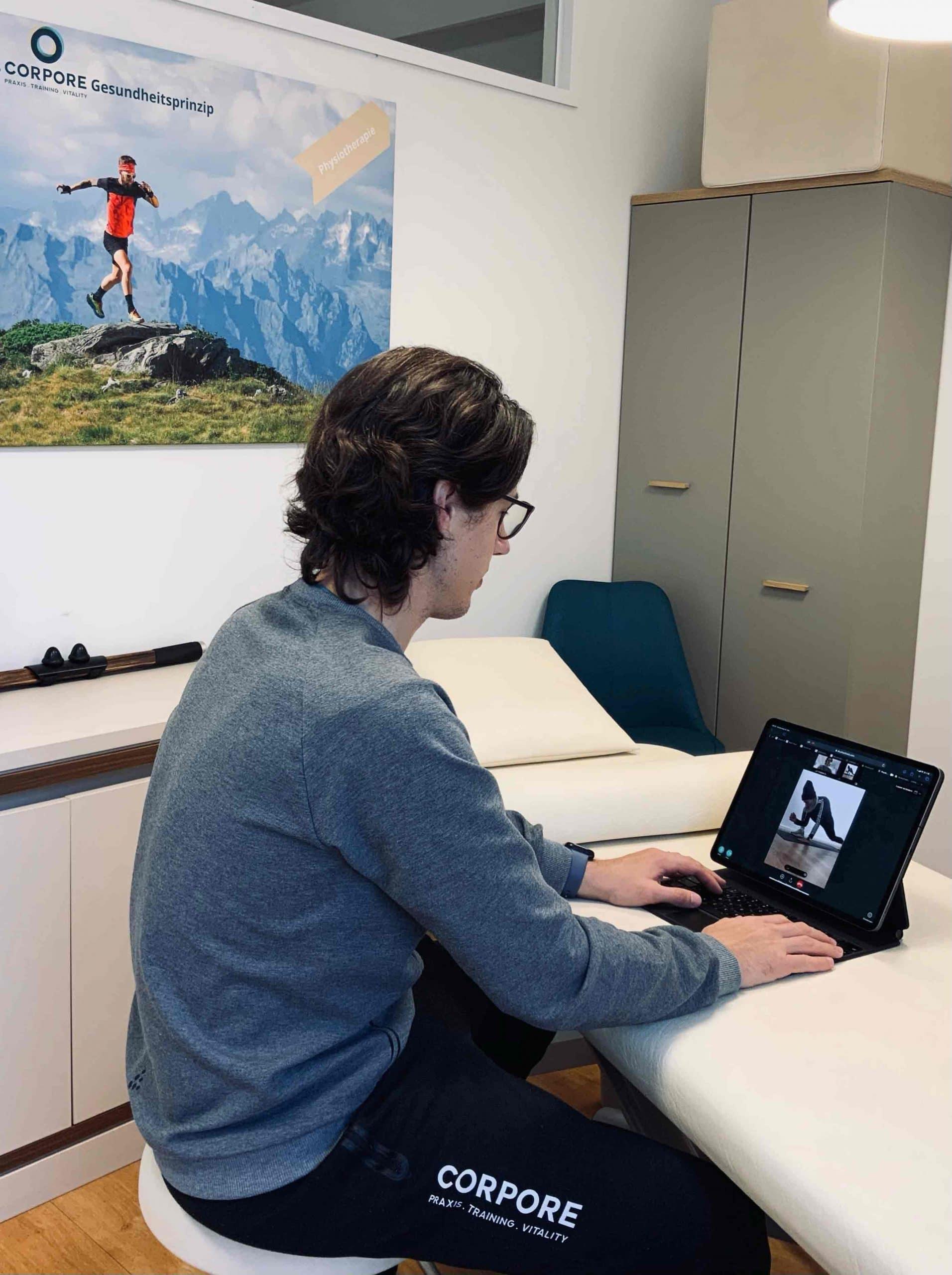 Physiotherapeut in Ausführung der Online Physiotherapie